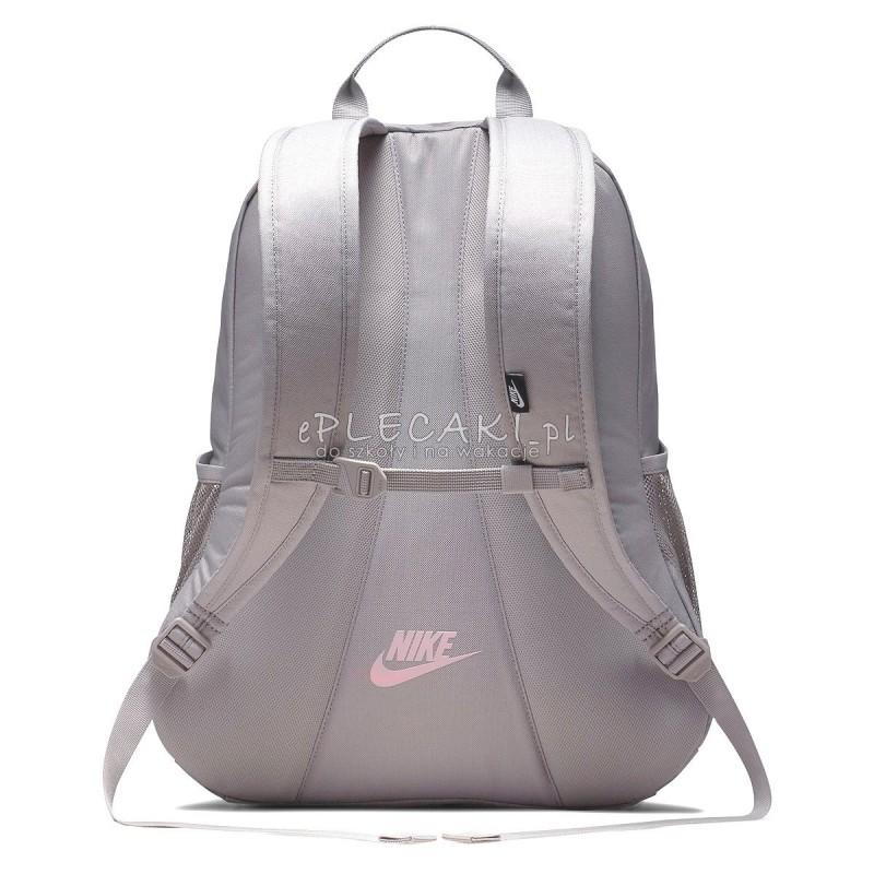 duża obniżka nieźle ujęcia stóp Damski plecak Nike z różowym logo, jasnoszary plecak gładki Nike